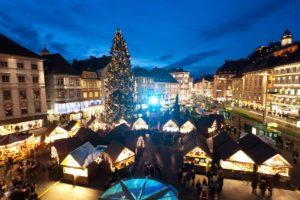 Christkindlmarkt-vor-dem-Rathaus-am-Hauptplatz