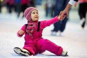 Kind auf Eisbahn