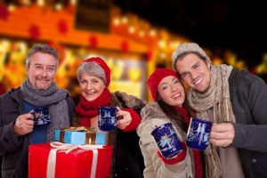 Glühwein trinken auf Weihnachtsmarkt