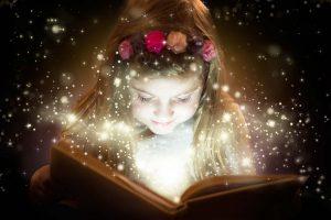 Mädchen liest Märchen