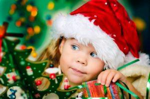 Kind am Weihnachtsbaum